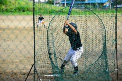 少年野球のバット見出し用打席に立つ少年